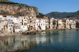 Cefalù_houses by the sea
