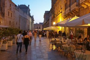 Siracusa-walking-in-the-center