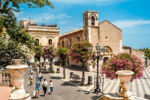 Taormina-duomo-square